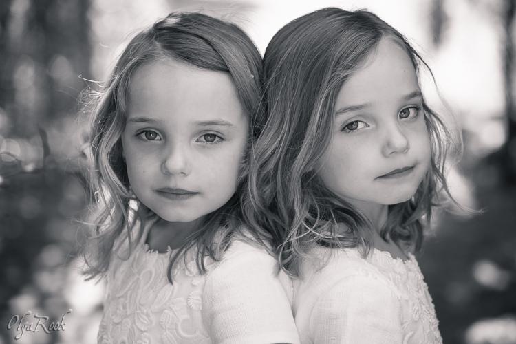 Klassiek en dromerig portret van tweeling zusjes.