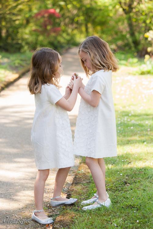 foto van tweeling zusjes in een park