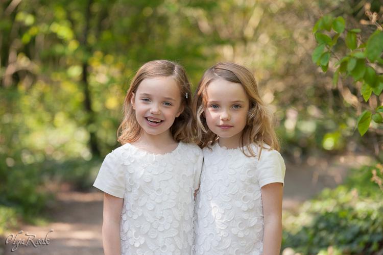 portret van tweeling zusjes in het lentepark.