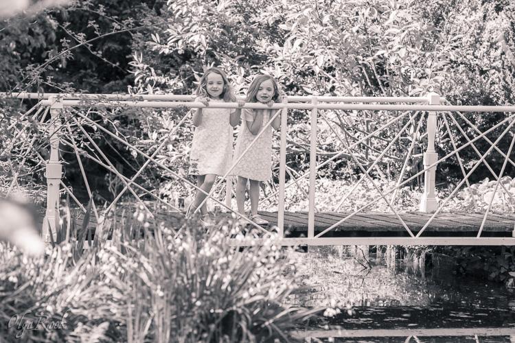 Grappig portret van tweeling meisjes in een park.