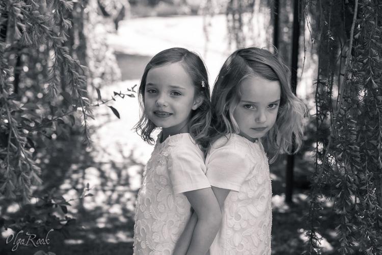 Foto van tweeling zusjes in een park.