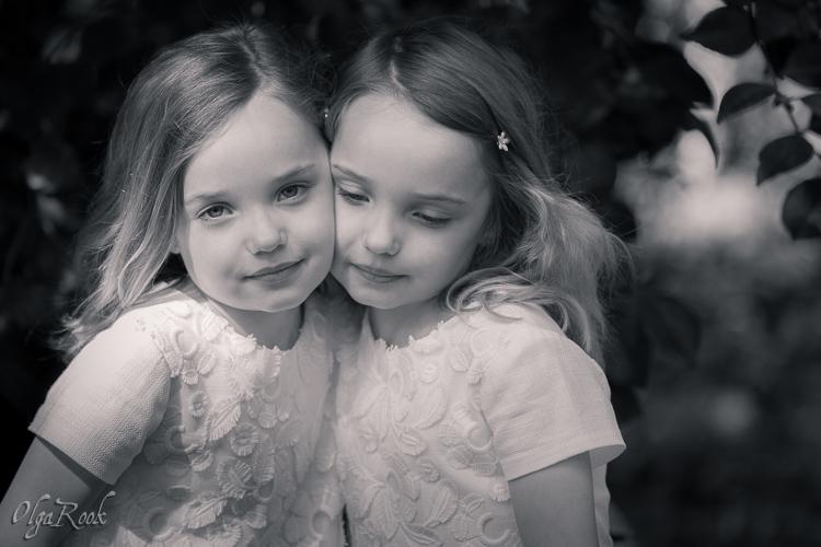 Klassieke en nostalgische foto van tweeling zusjes in een park.