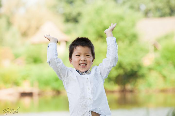 Portret van een vrolijk lachend jongetje in een park