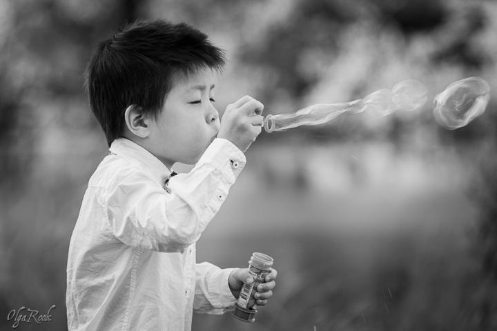 foto van een jongetje aan het bellen blazen