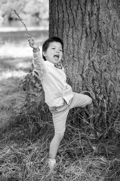 foto van een spelend kindje in een park
