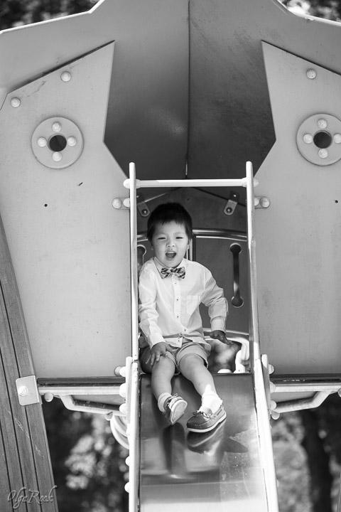 foto van een jongetje in een speeltuin