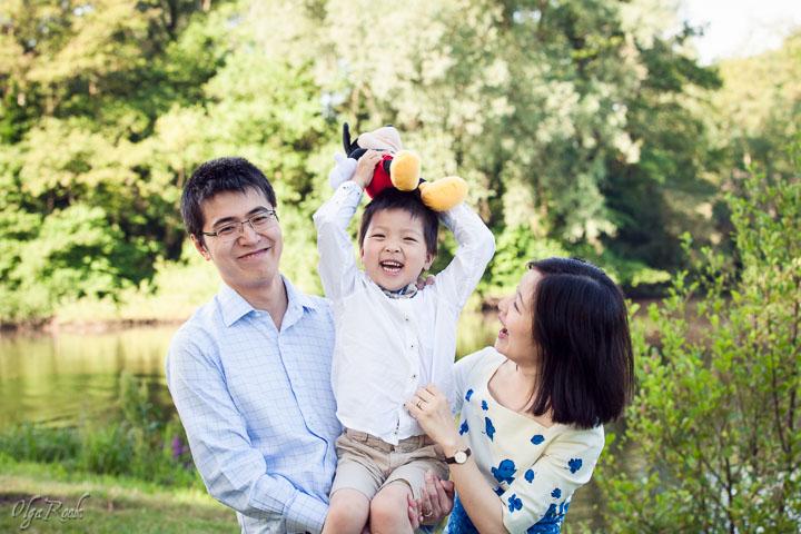 foto van een gezin met een lachend kindje in een park