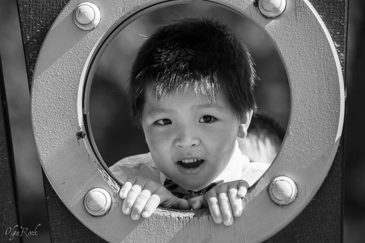 portret van een jongetje in een speeltuin