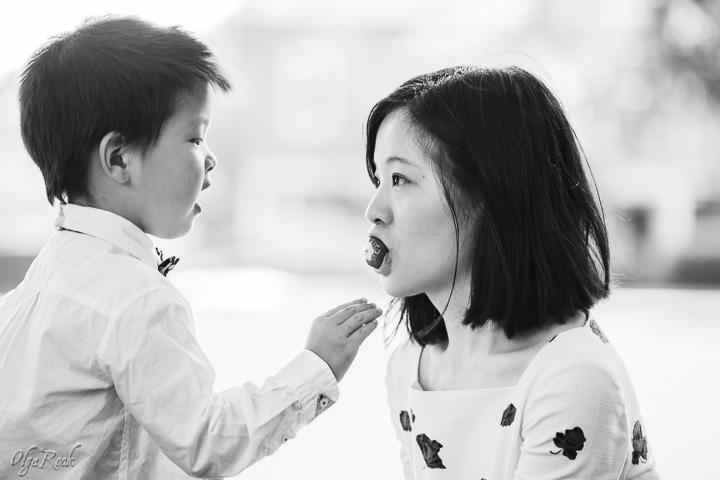 foto van een kindje die een aardbei aan zijn moeder geeft