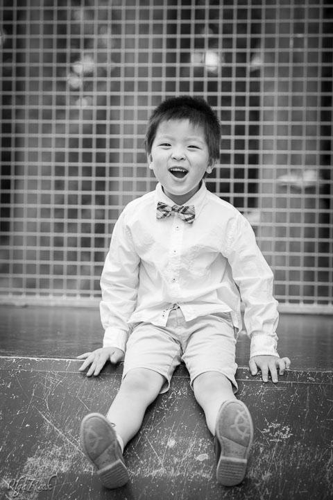 portret van een lachend kindje in een speeltuin
