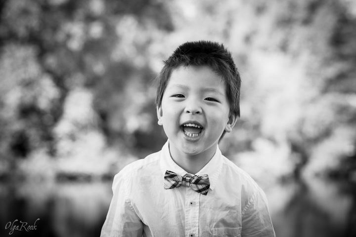 zwart-wit portret van een lachend Chinees jongetje