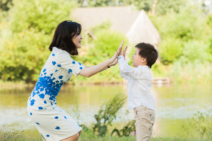 foto van een moeder en zoontje spelend in een park