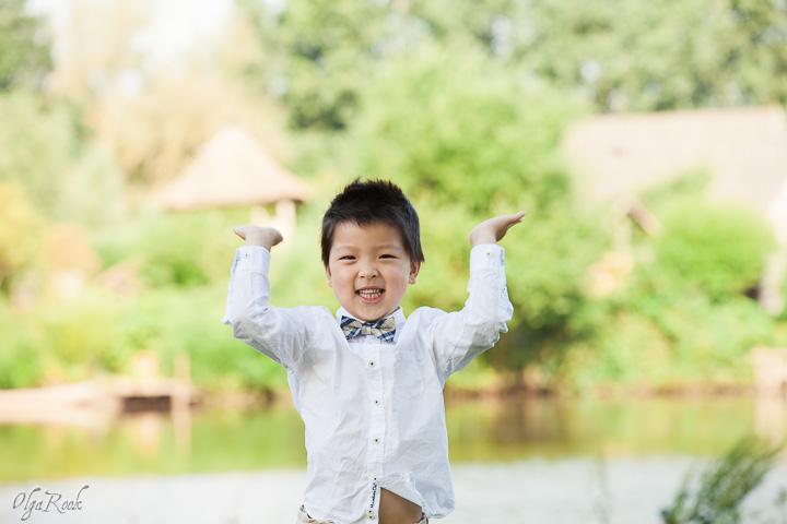 vrolijke foto van een jongetje in een park