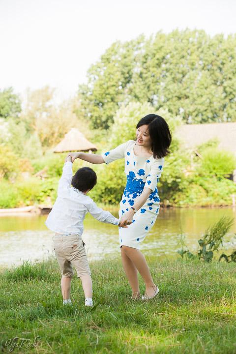 portret van een moeder en haar zoontje dansend in een park