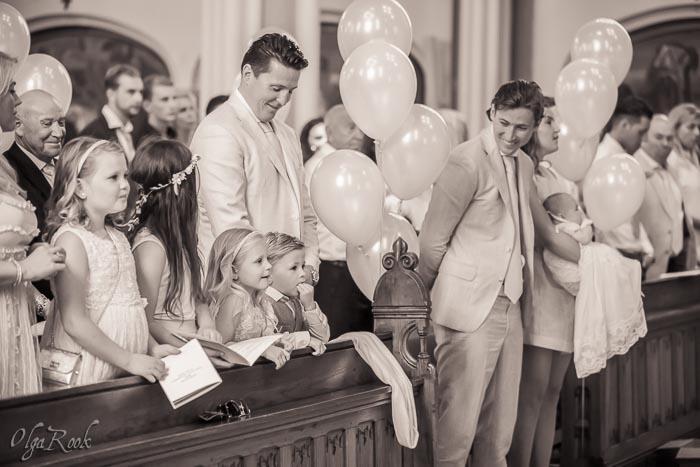 doopfeest: gezellig sfeer met veel gasten en kinderen