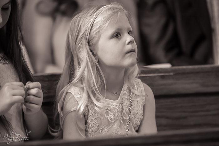 doopfeest: een klein meisje luisterend naar de liturgie