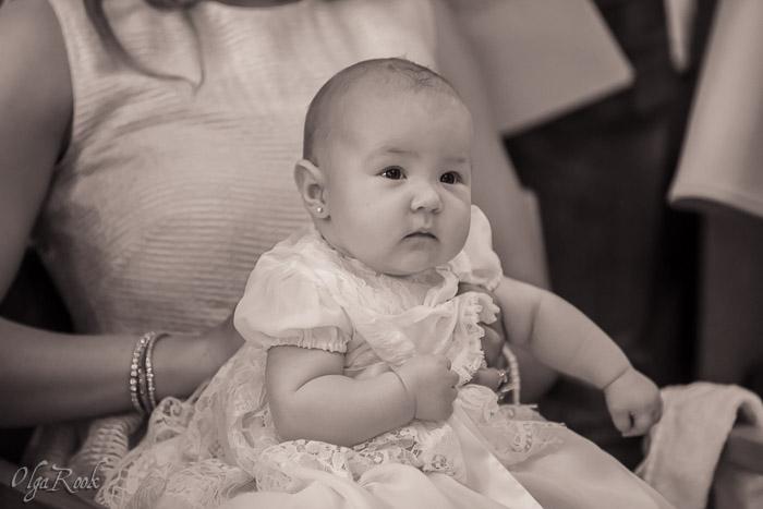 Een baby meisje tijdens de doopceremonie