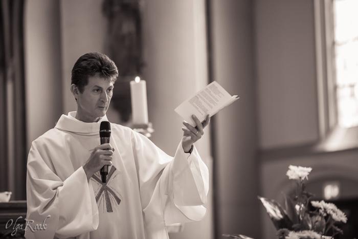 De priester tijdens de doopliturgie
