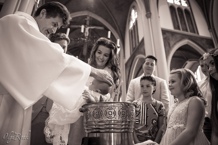 doopfeest reportage: het dopen van een baby
