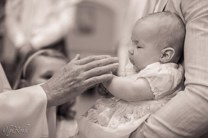 een baby en de priester