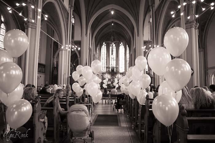 de kerk tijdens de doopceremonie