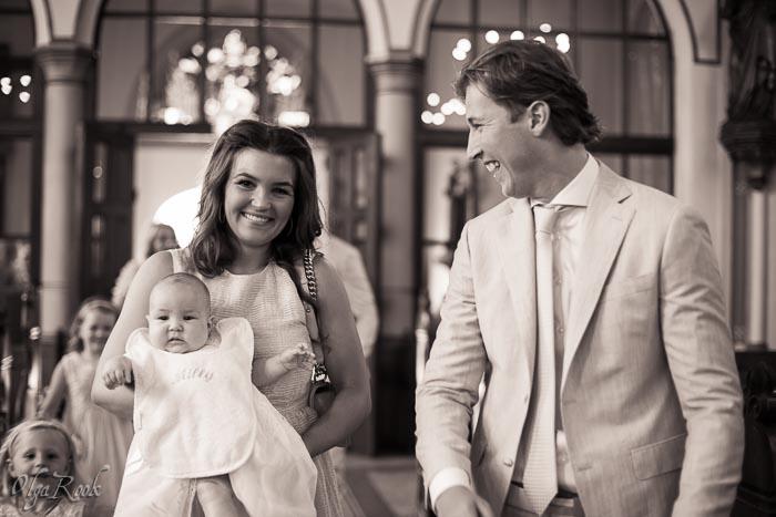 doopreportage Mariakerk Apeldoorn: de gelukkige ouders met een baby