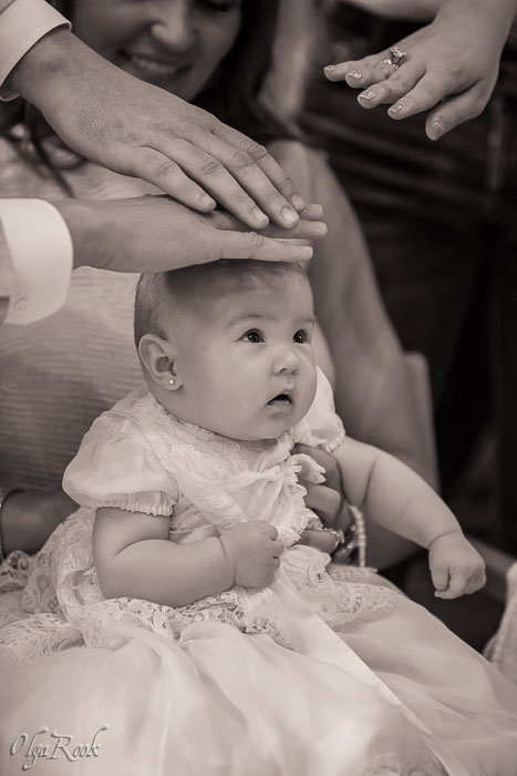 portret van een baby meisje tijdens de doop ceremonie
