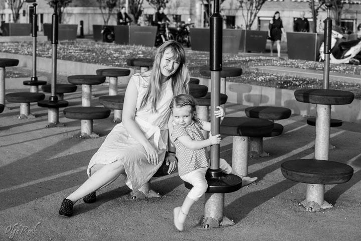 foto van een moeder en een dochter in een speeltuin in Rotterdam