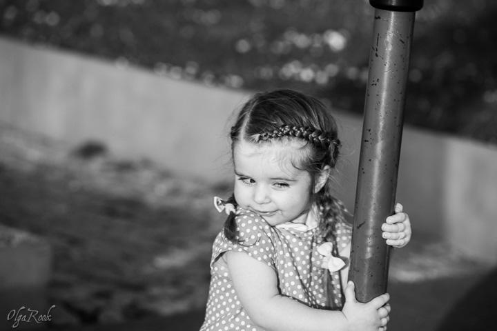 grappige foto van een klein meisje aan het spelen
