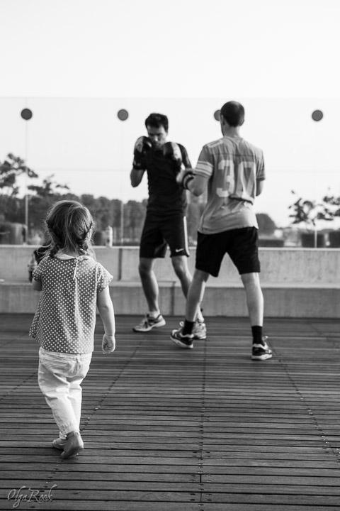 foto van een klein meisje die naar de boksers staat te kijken