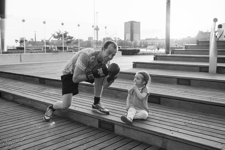 Rotterdam scenes: foto van een klein meisje met een lolly en een bokser naast haar