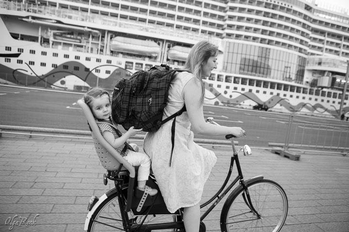 foto van een moeder en een dochter op een fiets in Rotterdam