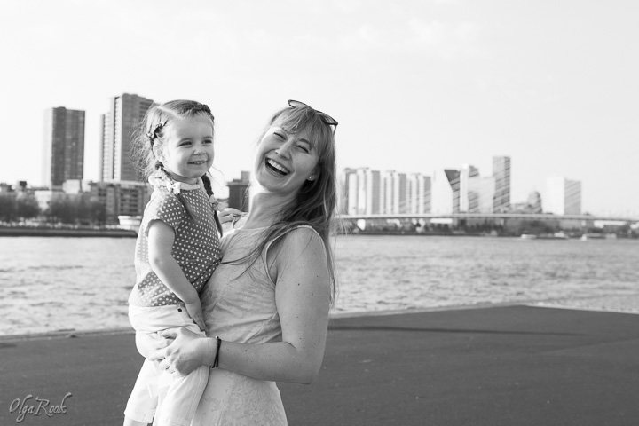 portret van een moeder een haar klein dochtertje in Rotterdam bij de Maas