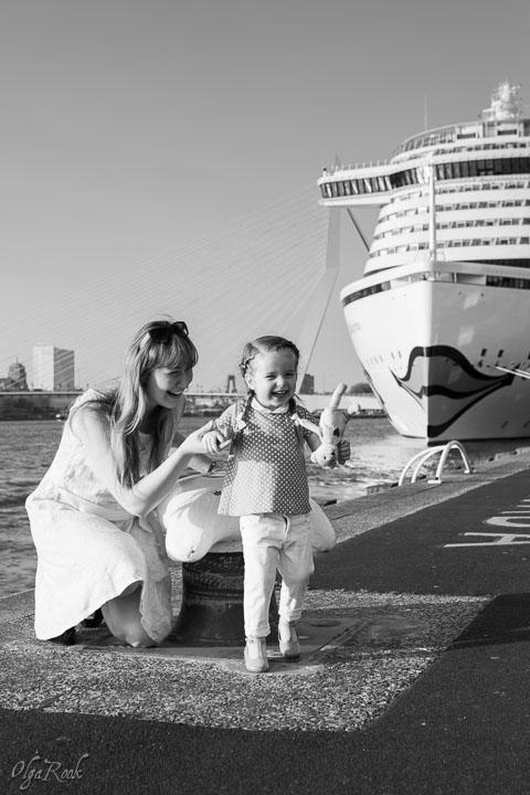 foto van een moeder en een dochtertje bij een kade in Rotterdam met een grote cruise-ship in de achtergrond.
