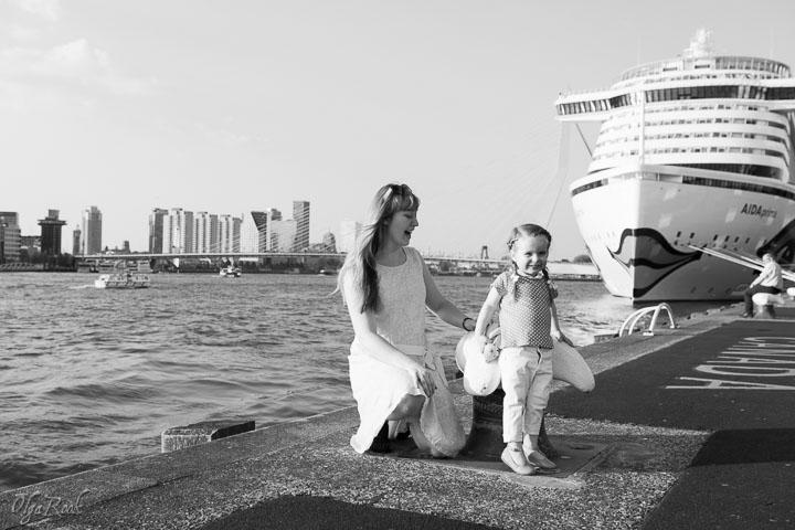 foto van een moeder en dochtertje bij de kade in Rotterdam