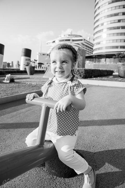 foto van een klein meisje in een speeltuin voor Hotel New York in Rotterdam