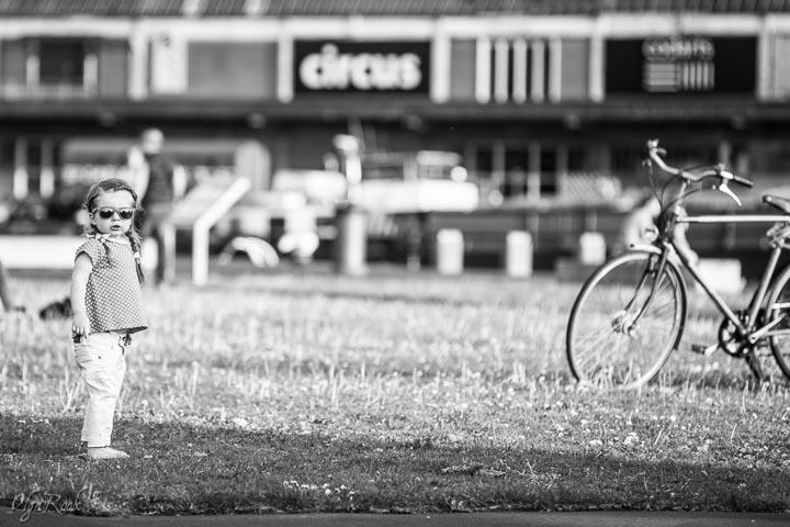 foto van een klein meisje in een park