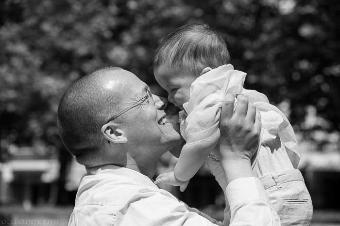 vrolijke foto van een vader en zijn baby zoontje in een park