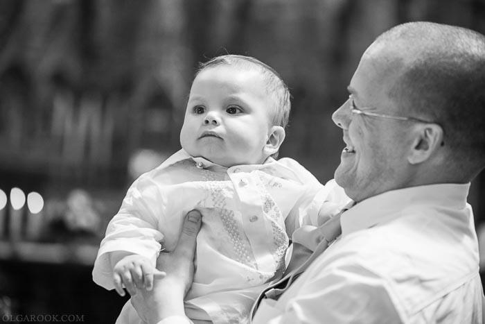 vader en zijn baby zoon in een kerk