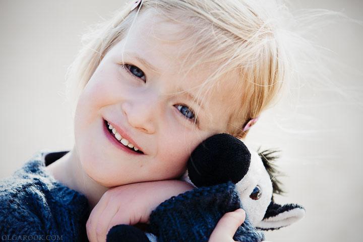 foto van een klein meisje met een zebra knuffel