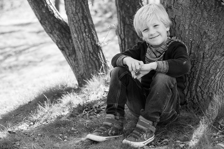 portret van een klein jongetje onder de boom