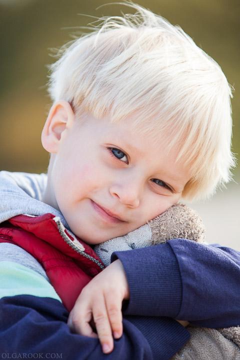 portret van een klein jongetje met een knuffel