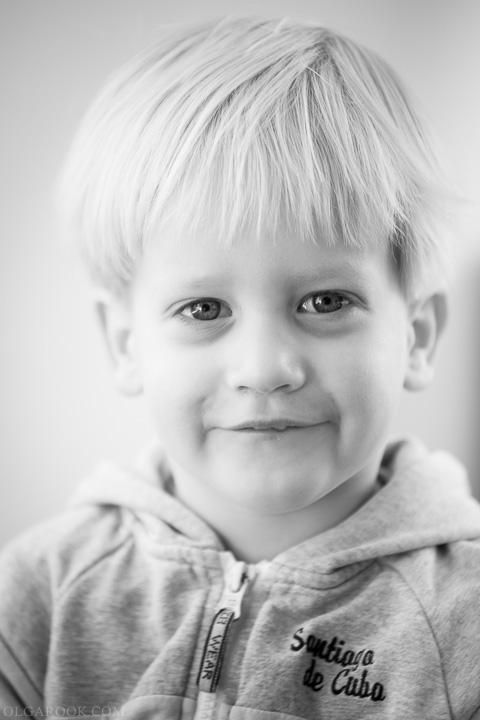 portret van een klein jongetje met een ondeugend blik