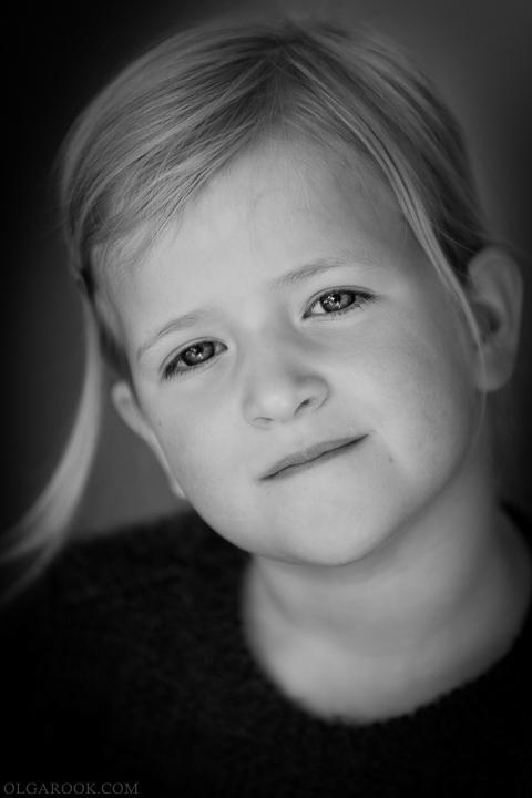 Klassiek portret van een serieus klein meisje