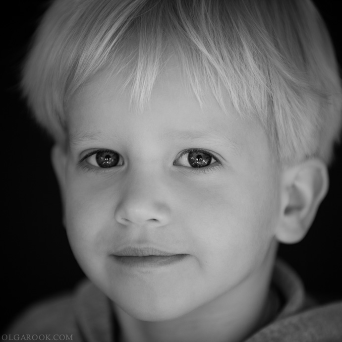 klassieke kinderportret aan huis: een klein jongetje