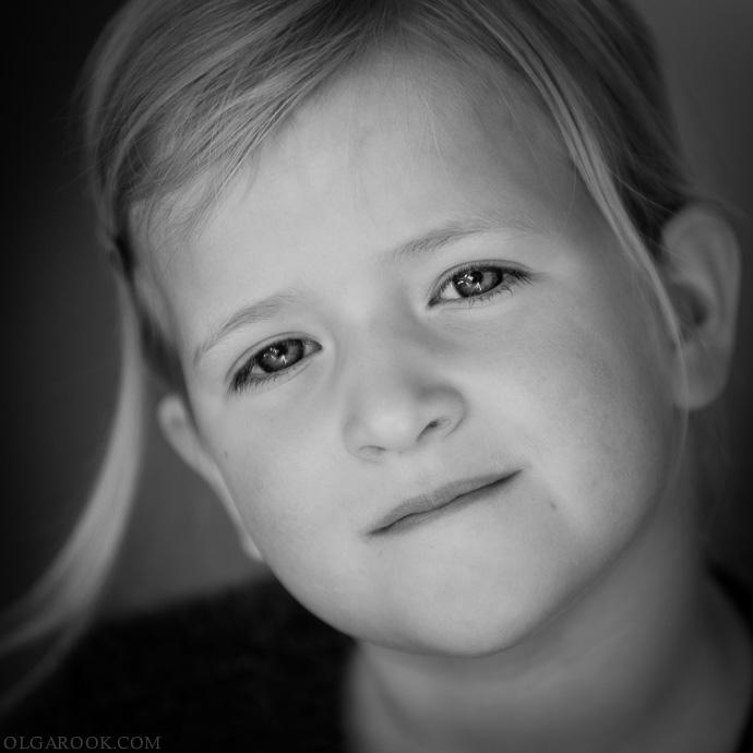 klassieke kinderportret aan huis: een klein meisje