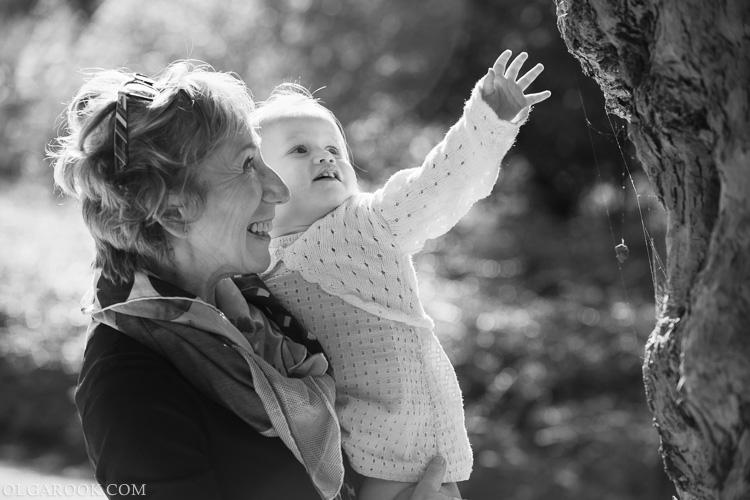 foto van een oma met haar kleindochter in een park
