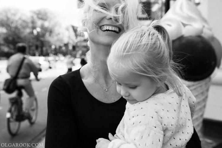 foto van een gelukkige moeder met dochtertje op een straat van Amsterdam