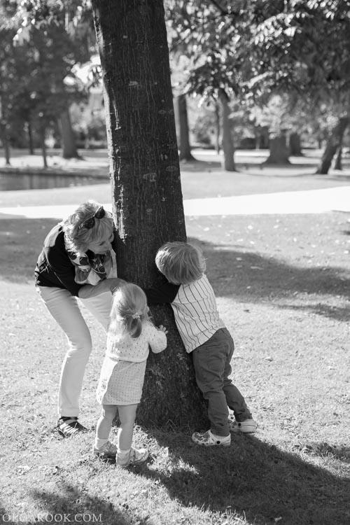 foto van kinderen die met hun oma spelen