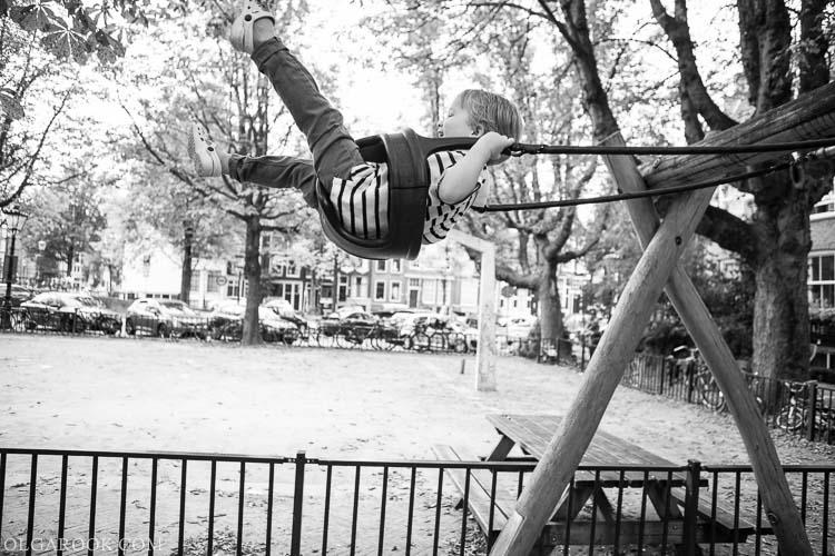 kinderfotografie: foto van een jongetje op een schommel